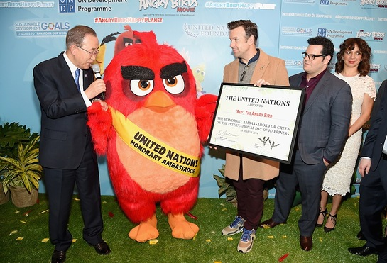 Red with his new friends Ban Ki-moon and Jason Sudeikis