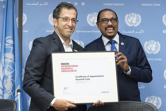 Michel Sidibé (right), the Executive Director of UNAIDS, introduces fashion designer Kenneth Cole as an International Goodwill Ambassador.
