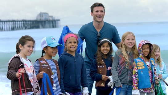 Scott Eastwood and volunteer kids