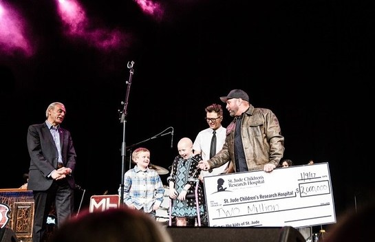 Richard Shadyac Jr., President and CEO of ALSACl; St. Jude patients Ian and Kenlie; Bobby Bones and Garth Brooks on stage for $2 million check presentation.