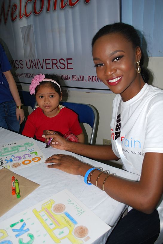 Miss USA Deshauna Barber in the Philippines to see Smile Train's local programs