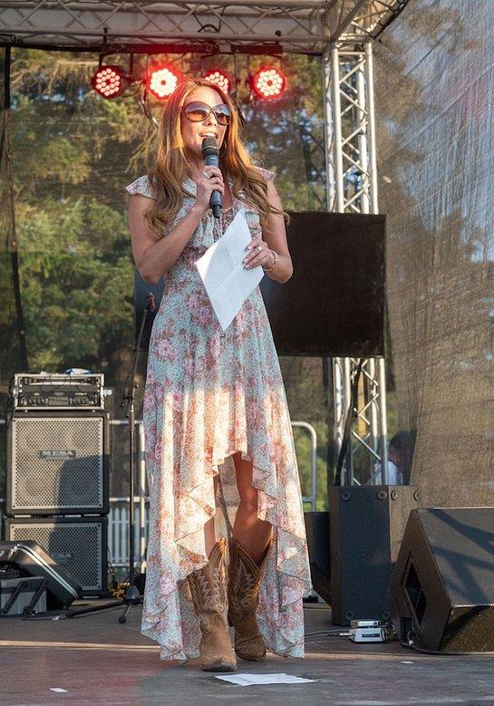 Bonnie-Jill Laflin Speaks At WineaPAWlooza