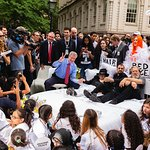 Yoko Ono, Ringo Starr, Jeff Bridges Recreate Historic Bed-In With John Lennon Educational Tour Bus
