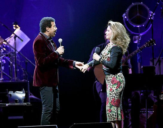 Lionel Richie Performs With Shania Twain