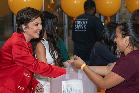Kris Jenner helped pass out food for Thanksgiving at the Los Angeles Regional Food Bank.