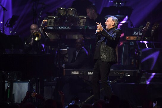Neil Diamond performs onstage at the 24th annual Keep Memory Alive Power of Love Gala