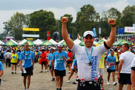 Roberto Manrique takes part in the Bogota marathon to support Colombian refugees.