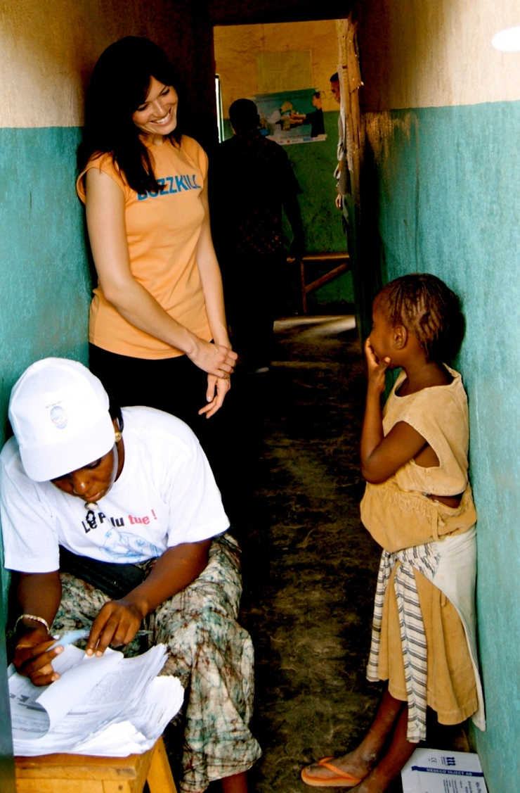 Mandy Moore Distributes Nets In Africa