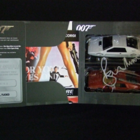 Photo: Roger Moore Signed Cars 1