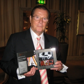 Photo: Roger Moore Signed Cars 2