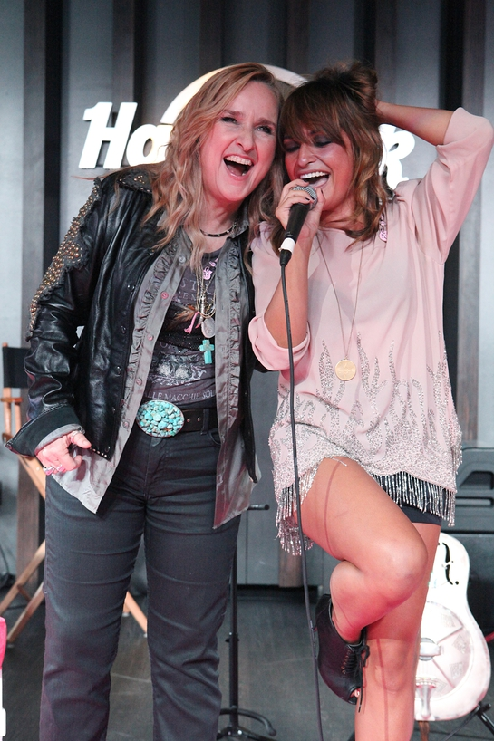 Melissa Etheridge sings with artist Jessie Payo