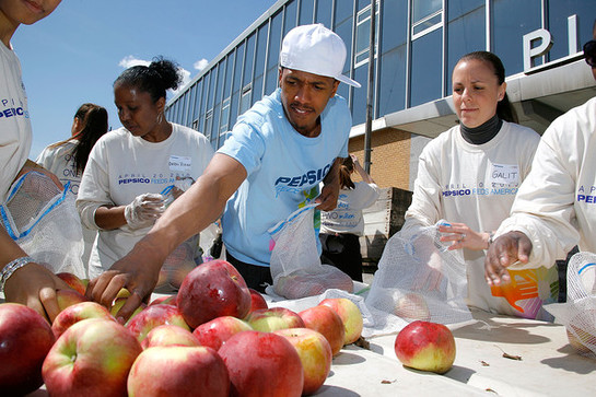 Nick Cannon helps out Feeding America