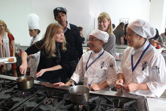 Ellen Pompeo Helps Prepare Hoilday Meal