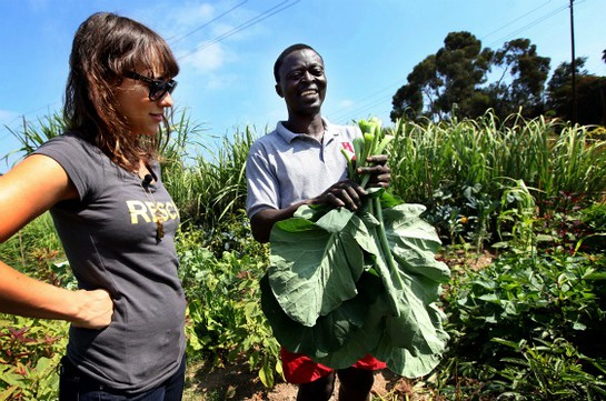 Rashida Jones with Joseph Kolwe, a refugee from Liberia, at the IRC's New Roots Community Farm in San Diego.