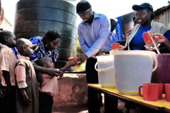 50 Cent serves WFP food to school kids in a Nairobi slum