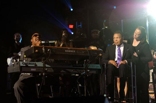 Stevie Wonder serenades boxing legend Muhammad Ali and Lonnie Ali