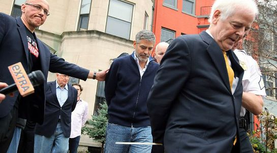 Clooney arrested outside Sudanese embassy
