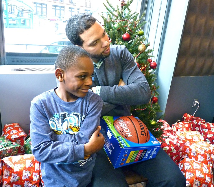 Deron Willaims Signs Basketballs for Autism Speaks
