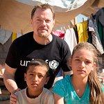 Eddie Izzard Meets Syrian Refugees In Iraq