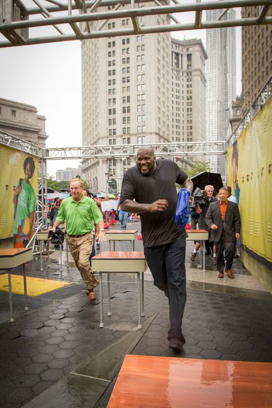 Shaq O'Neal runs the obstacle course