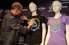 Chester Bennington of Linkin Park signs Hard Rock's new limited-edition Linkin Park Signature Series: Edition 31 T-Shirt
