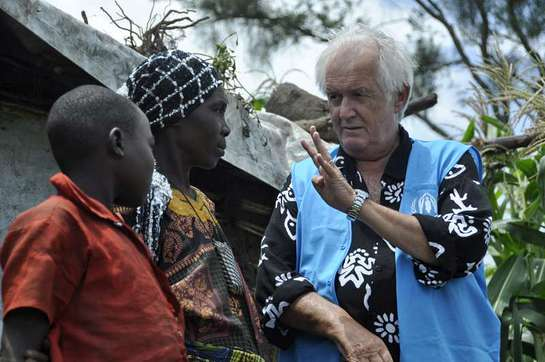 Henning Mankell talks to a Congolese refugee during his recent visit to the Rwamwanja refugee settlement in Uganda.