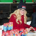 Photos: Jenny McCarthy Hosts Holiday Food Drive