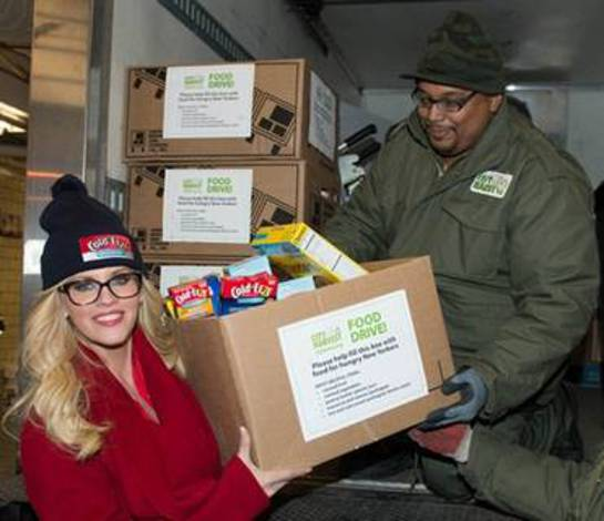 Jenny McCarthy Hosts Holiday Food Drive