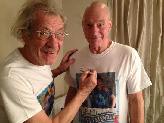 Ian McKellen Signs Patrick Stewart's T-Shirt