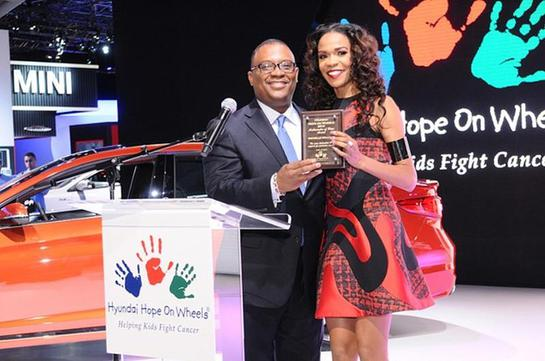 Zafar Brooks, Director, Hyundai Hope On Wheels, presents award to Michelle Williams