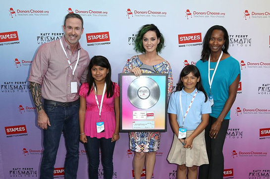 Katy Perry poses with students and teachers from local LA elementary schools at the Staples Make Roar Happen press conference