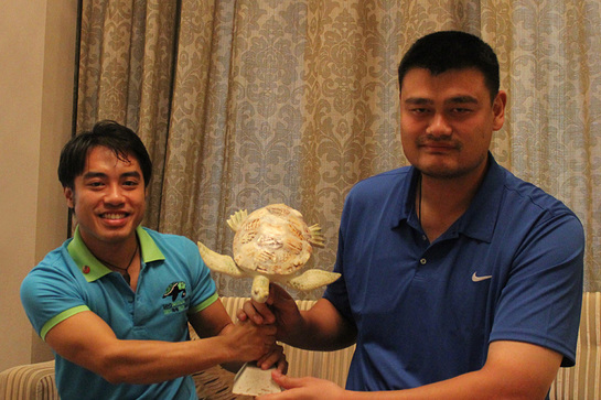 Founder of Sea Turtles 911, Frederick Yeh, presents Yao Ming with the World Sea Turtle Conservation Award