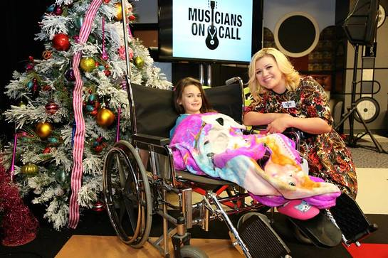 Kelly Clarkson Visits Young Patients For Christmas