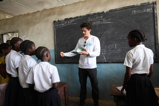 Orlando Bloom reads to students at Jene Wonde Central Public School, in Jene Wonde Township in Grand Cape Mount County