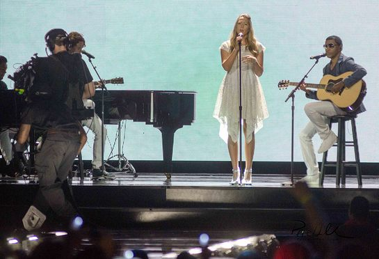 "Colbie Caillat and Kenneth "" Babyface"" Edmonds performing ""Try"" at We Day Illinois"