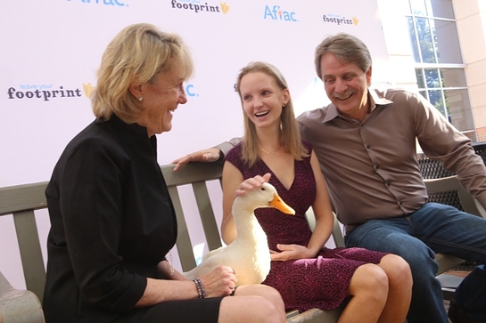 Jeff Foxworthy laughs with Vicki (l) and Ansley Riedel